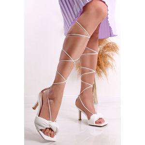 Bílé šněrovací sandály na tenkém podpatku Dora
