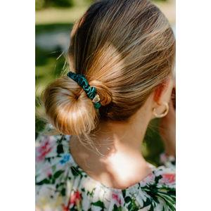 Tmavě zelená gumička do vlasů Gold Heart Silk Scrunchie