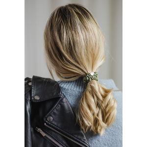 Olivově zelená gumička do vlasů Gold Heart Silk Scrunchie